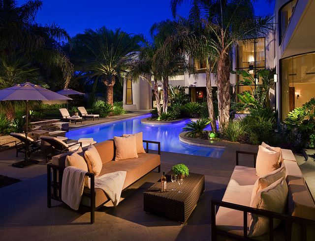 luxury backyard pool lighting